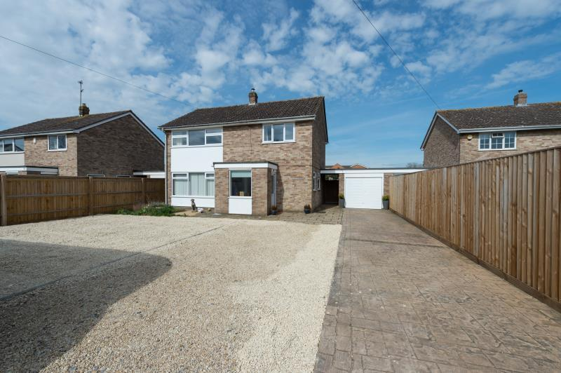 4 Bedrooms Detached House for sale in Alvescot Road, Carterton, Oxfordshire