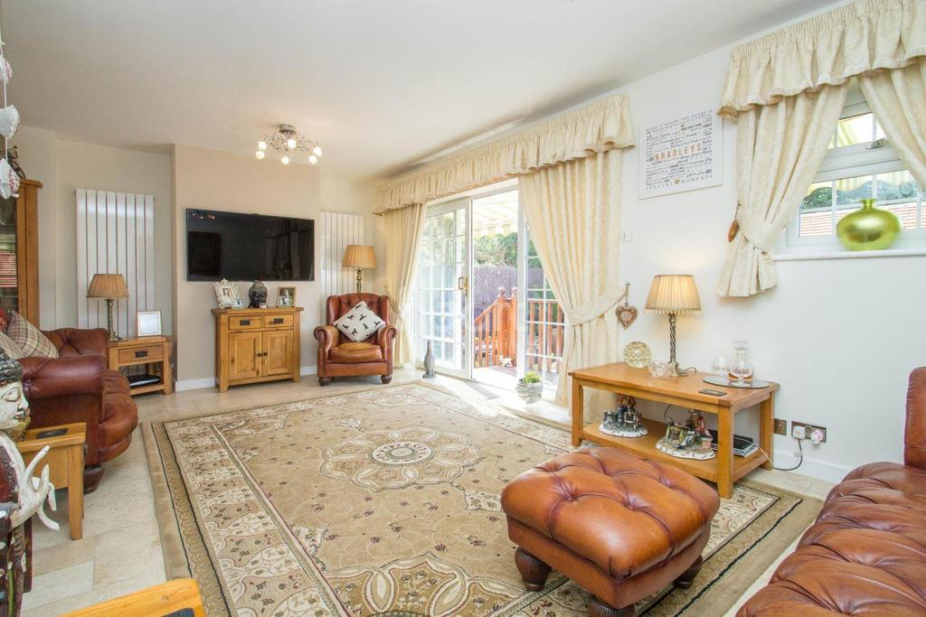 4 Bedrooms Detached House for sale in Granville Close, South Benfleet