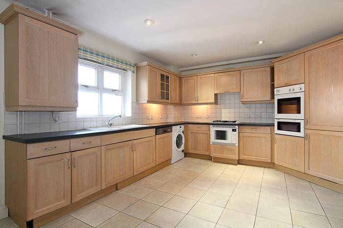 3 Bedrooms Flat for sale in Upper Richmond Road, London