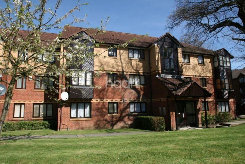 2 Bedrooms Flat for sale in Medesenge Way, Palmers Green, N13