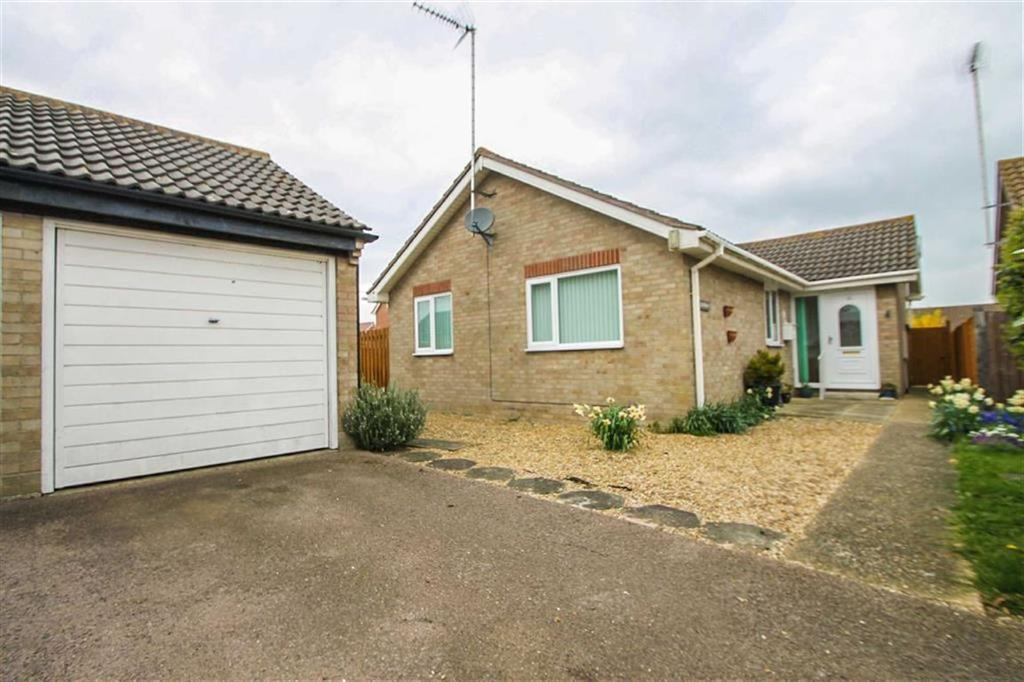 3 Bedrooms Detached Bungalow for sale in Holmwood Close, Clacton