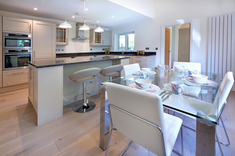 4 Bedrooms Detached House for sale in Thorpe, Surrey