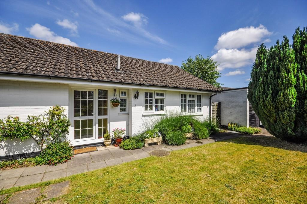 2 Bedrooms Detached Bungalow for sale in Hawkshaw Close, Liphook