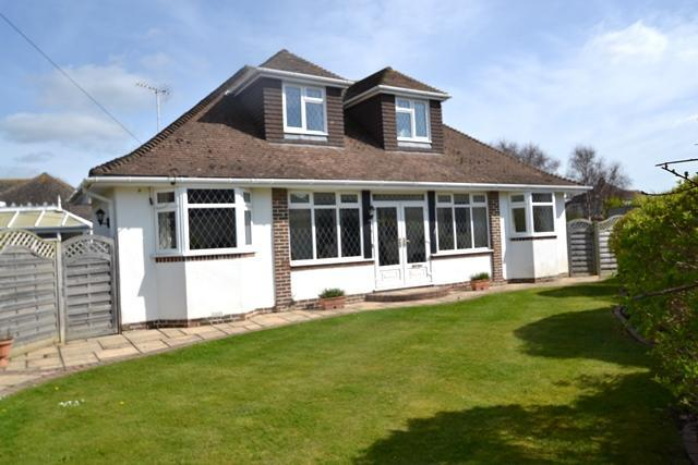 4 Bedrooms Chalet House for sale in Ferring Close, Ferring, West Sussex, BN12 5QT