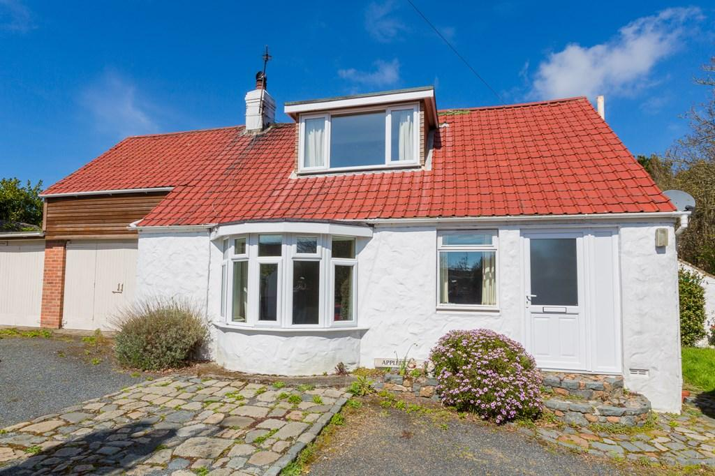2 Bedrooms Cottage House for sale in Calais Road, St. Martin, Guernsey