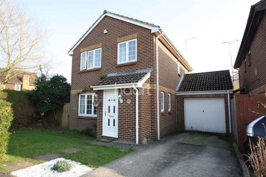 4 Bedrooms Detached House for sale in Larch Way