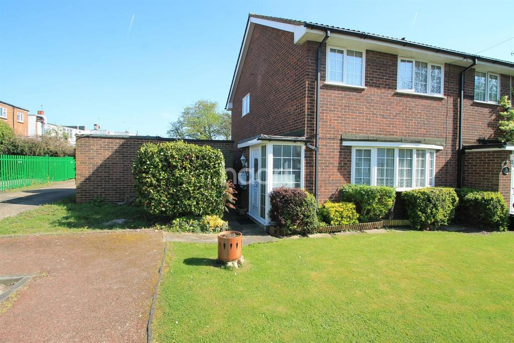 3 Bedrooms End Of Terrace House for sale in Langley Close, Leigh-On-Sea