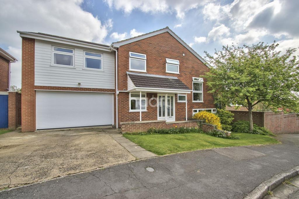 5 Bedrooms Detached House for sale in Cowper Court, Eaton Ford, St Neots