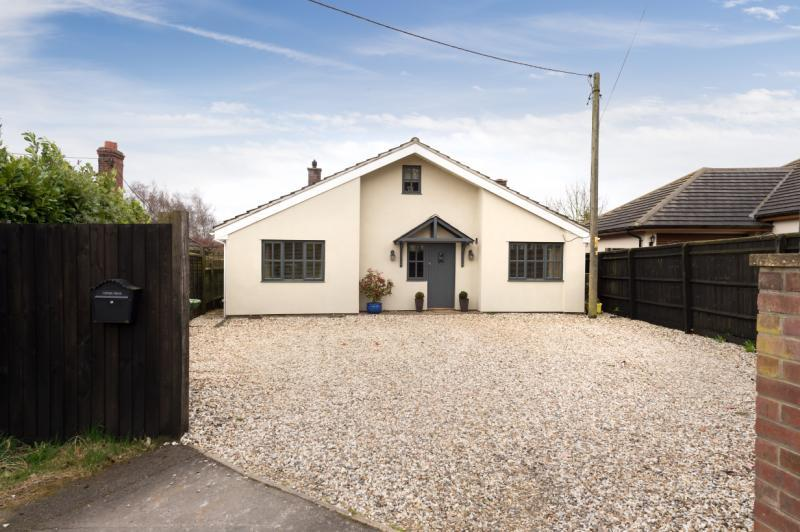 4 Bedrooms Detached Bungalow for sale in Havenmead, Bungalow Close, Beckley
