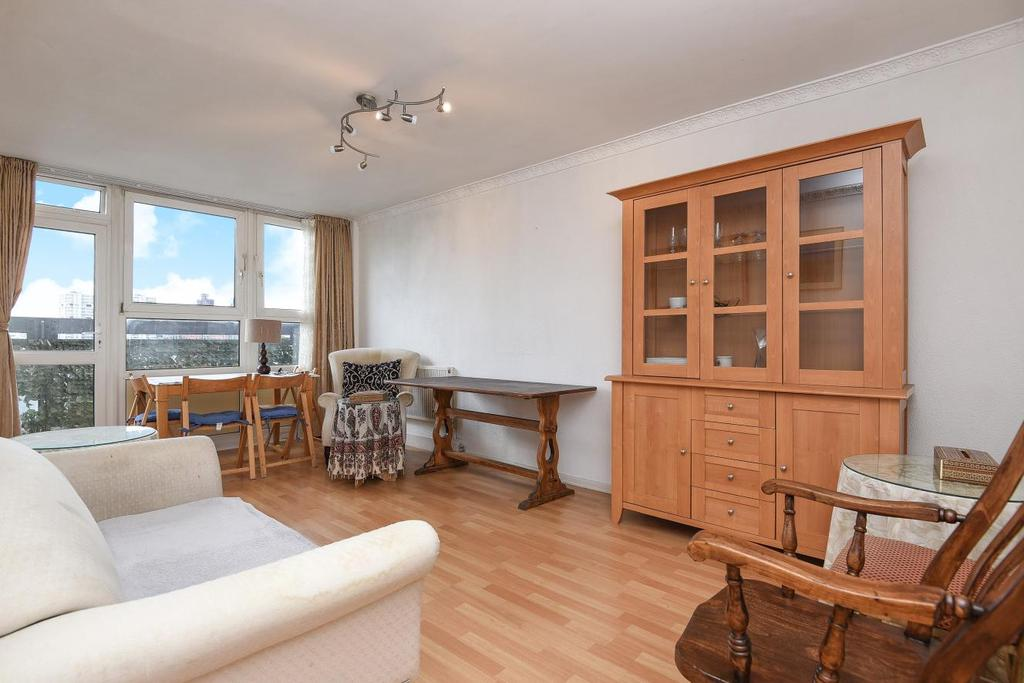 2 Bedrooms Flat for sale in Rosenau Road, Battersea, SW11