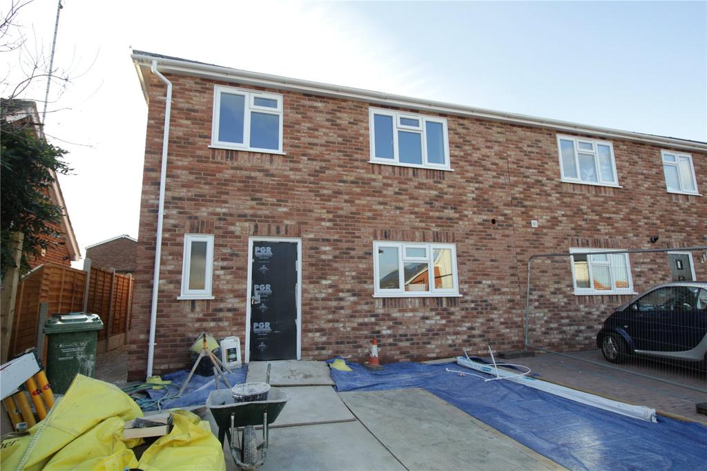 3 Bedrooms Semi Detached House for sale in Cromer Avenue, Laindon, Essex, SS15