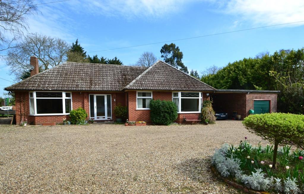 3 Bedrooms Detached Bungalow for sale in Elmham Drive, Nacton, Ipswich, Suffolk, IP10 0DG