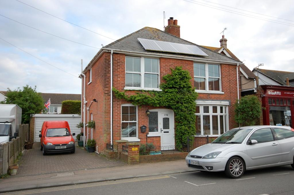 4 Bedrooms Detached House for sale in Reculver Road, Beltinge, Herne Bay