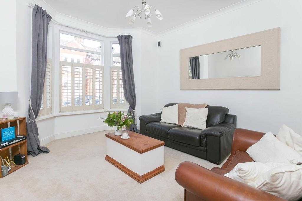 2 Bedrooms Ground Flat for sale in Aliwal Road, Battersea, London