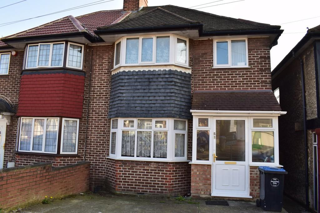 3 Bedrooms Semi Detached House for sale in Tudor Court South, Wembley