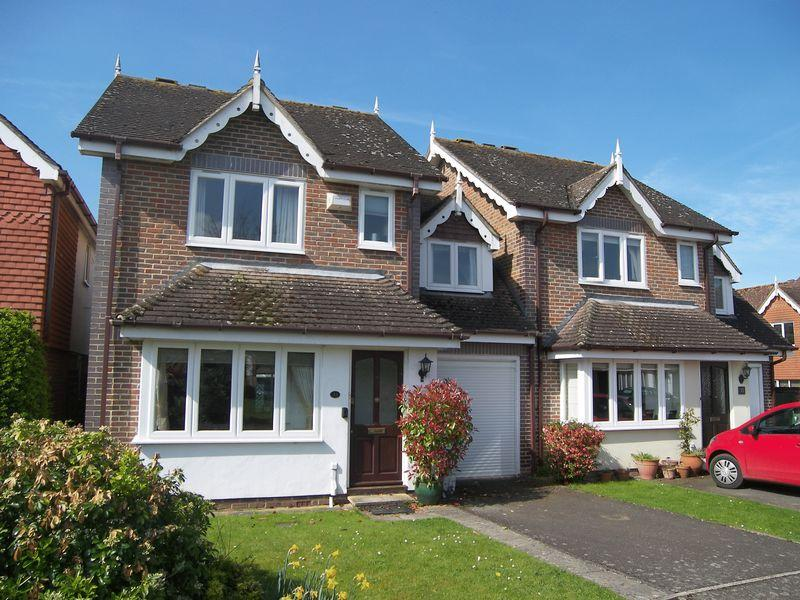3 Bedrooms Semi Detached House for sale in Effingham