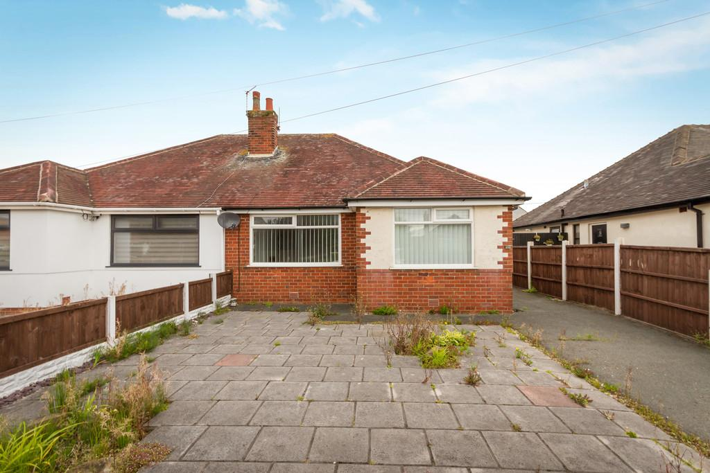 2 Bedrooms Semi Detached Bungalow for sale in Cumberland Avenue, Thornton