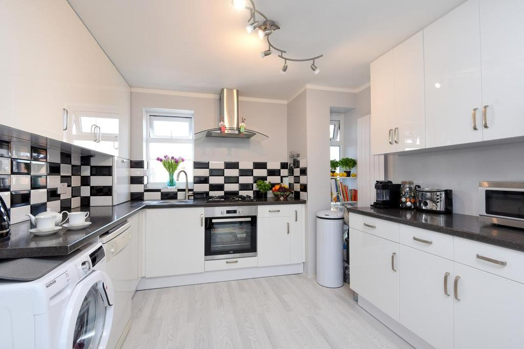 2 Bedrooms Flat for sale in Petworth Gardens, Raynes Park, SW20