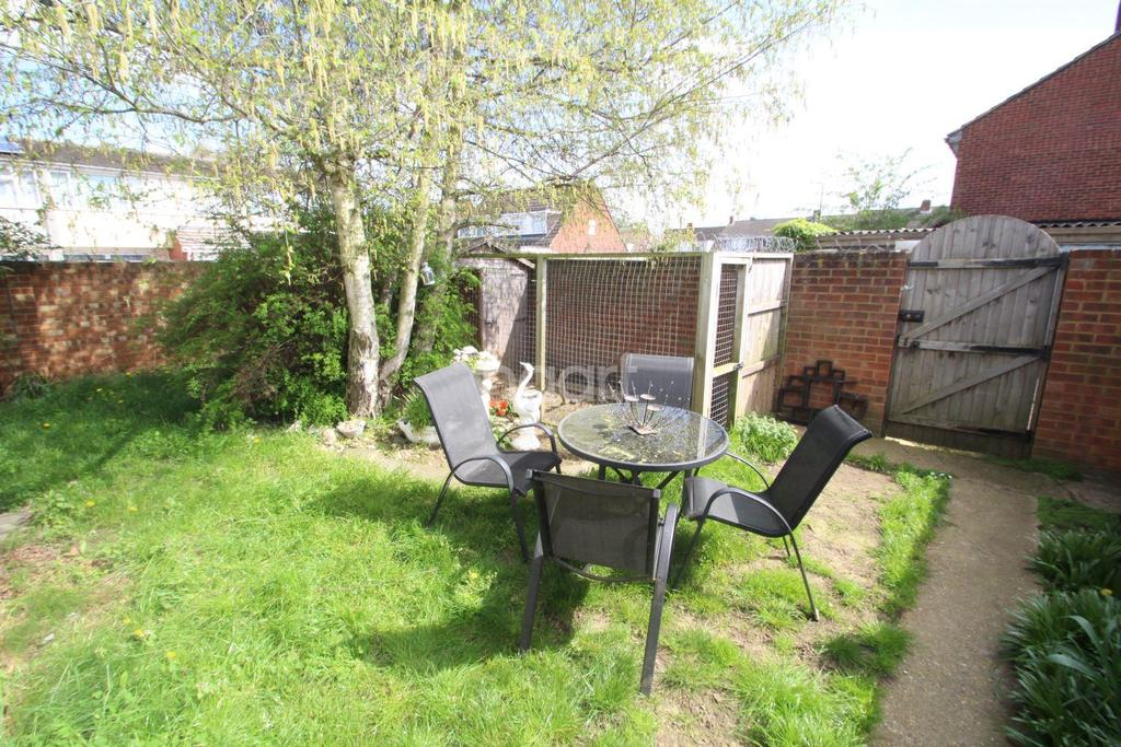 4 Bedrooms Semi Detached House for sale in Tintern Close