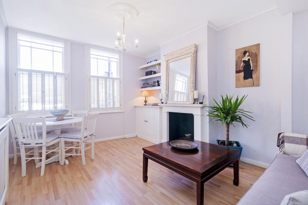 1 Bedroom Flat for sale in St. John's Hill, SW11