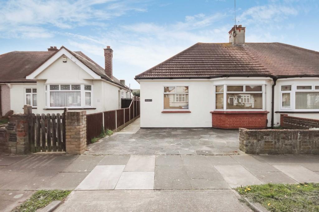 2 Bedrooms Semi Detached Bungalow for sale in Stuart Road, Southend-on-Sea