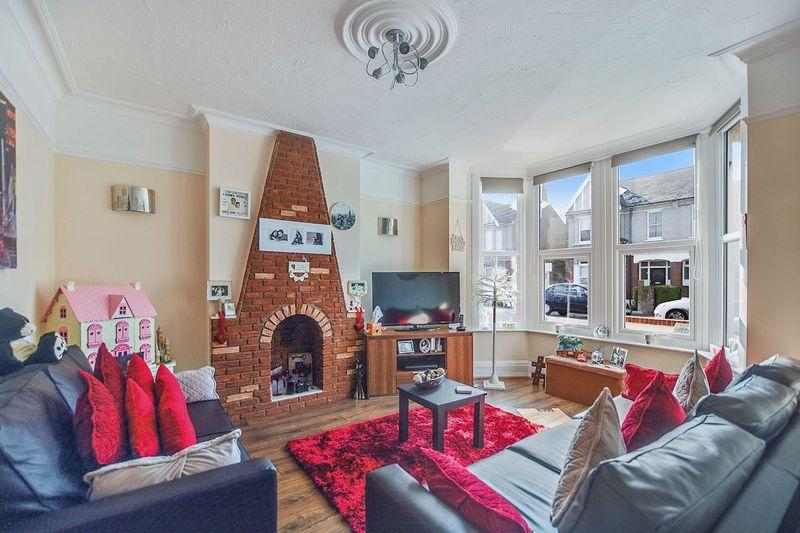 3 Bedrooms Semi Detached House for sale in Swanage Road, Southend-On-Sea