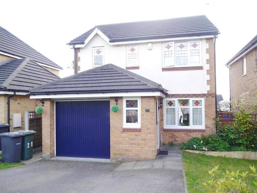 3 Bedrooms Detached House for sale in Brookwater Drive, Shipley, BD18 1PY