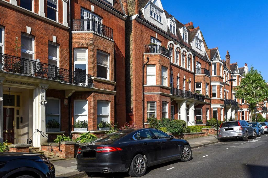 3 Bedrooms Flat for sale in Antrim Road, Belsize Park