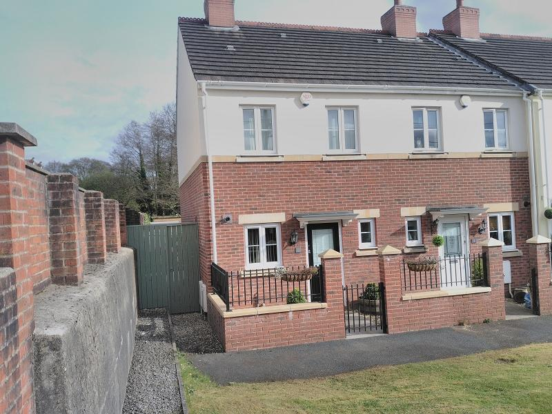 2 Bedrooms End Of Terrace House for sale in Erwr Brenhinoedd , Llandybie, Ammanford, Carmarthenshire.