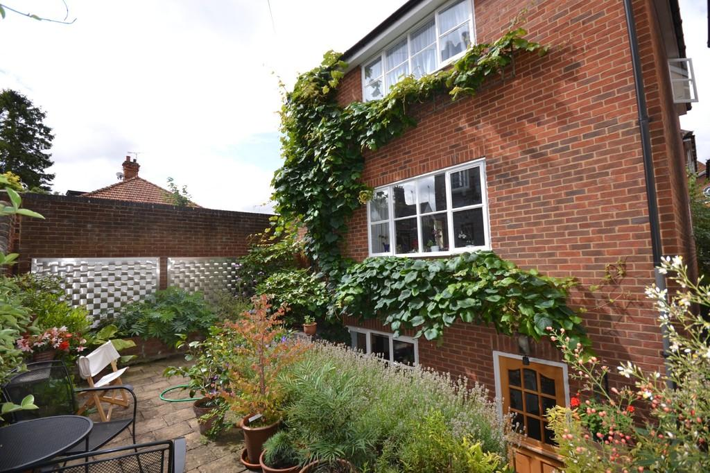 3 Bedrooms Town House for sale in 8 Oasthouse Court, Saffron Walden, Essex, CB10 1DX