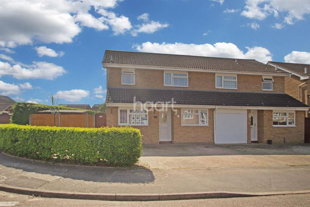 4 Bedrooms Semi Detached House for sale in Rye Close, Hornchurch