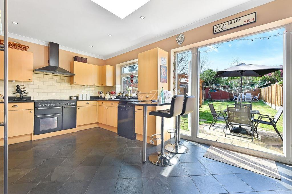 3 Bedrooms Semi Detached House for sale in Wricklemarsh Road, SE3