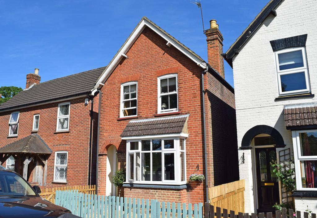 3 Bedrooms Detached House for sale in Oakdene Road, Peasmarsh, Guildford GU3 1ND