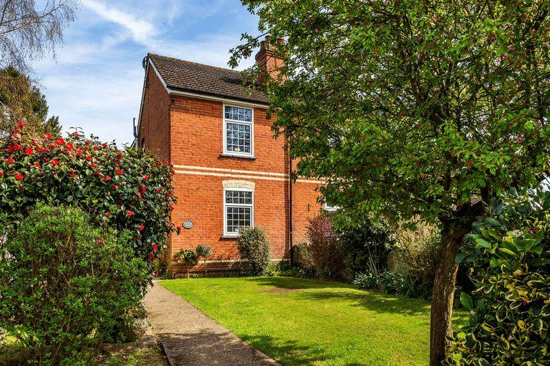 4 Bedrooms Semi Detached House for sale in Wood Street Village, Guildford Surrey, GU3