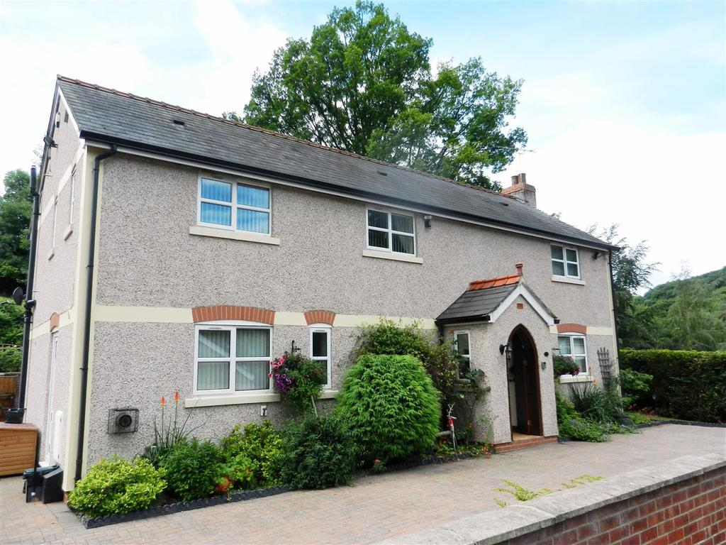 4 Bedrooms Detached House for sale in Ffrwd