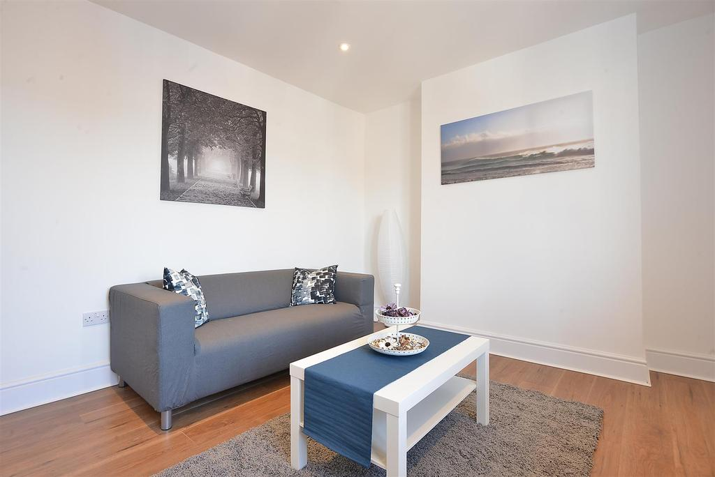 3 Bedrooms Flat for sale in Greyhound Lane, Streatham, SW16