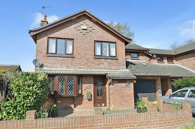 4 Bedrooms Detached House for sale in Fryers Road, Three Legged Cross, Wimborne