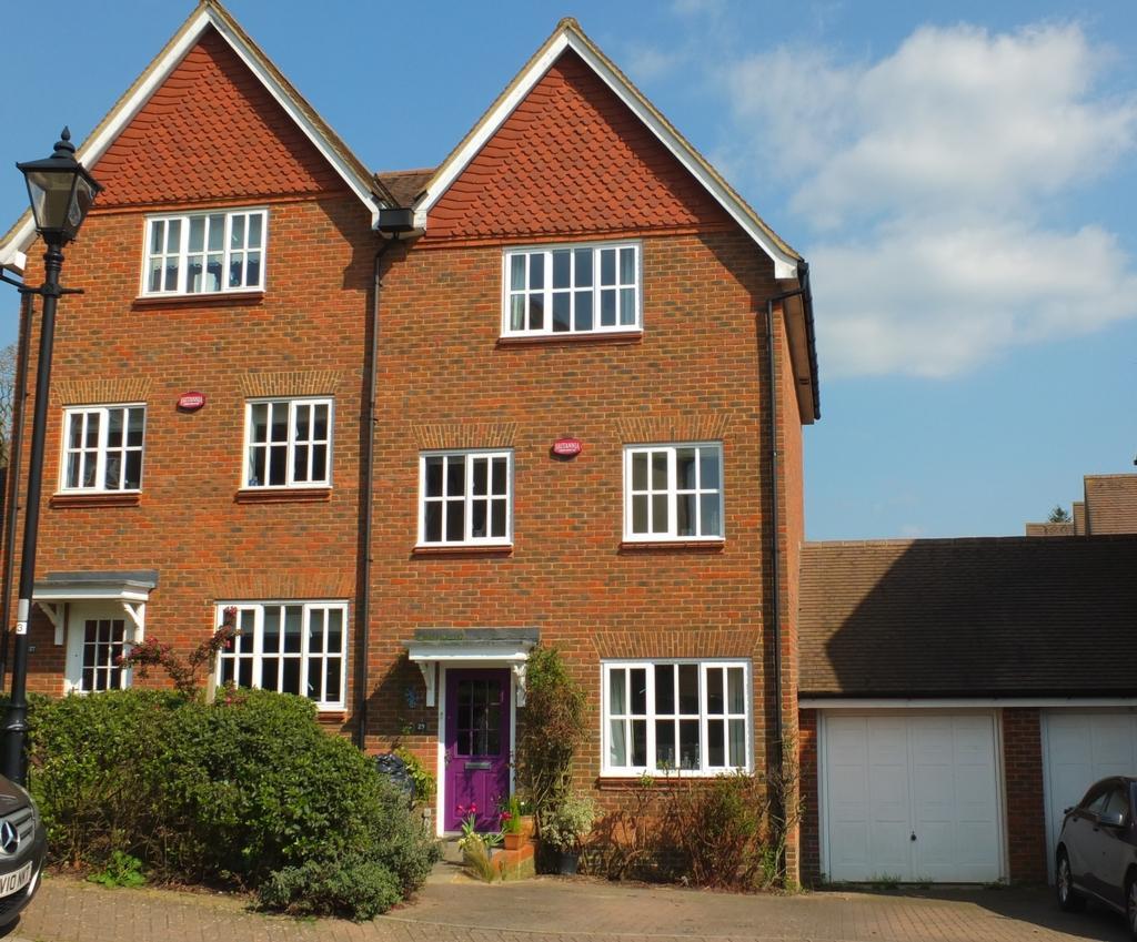 3 Bedrooms House for sale in Weavers Mead, Bolnore Village, Haywards Heath, RH16