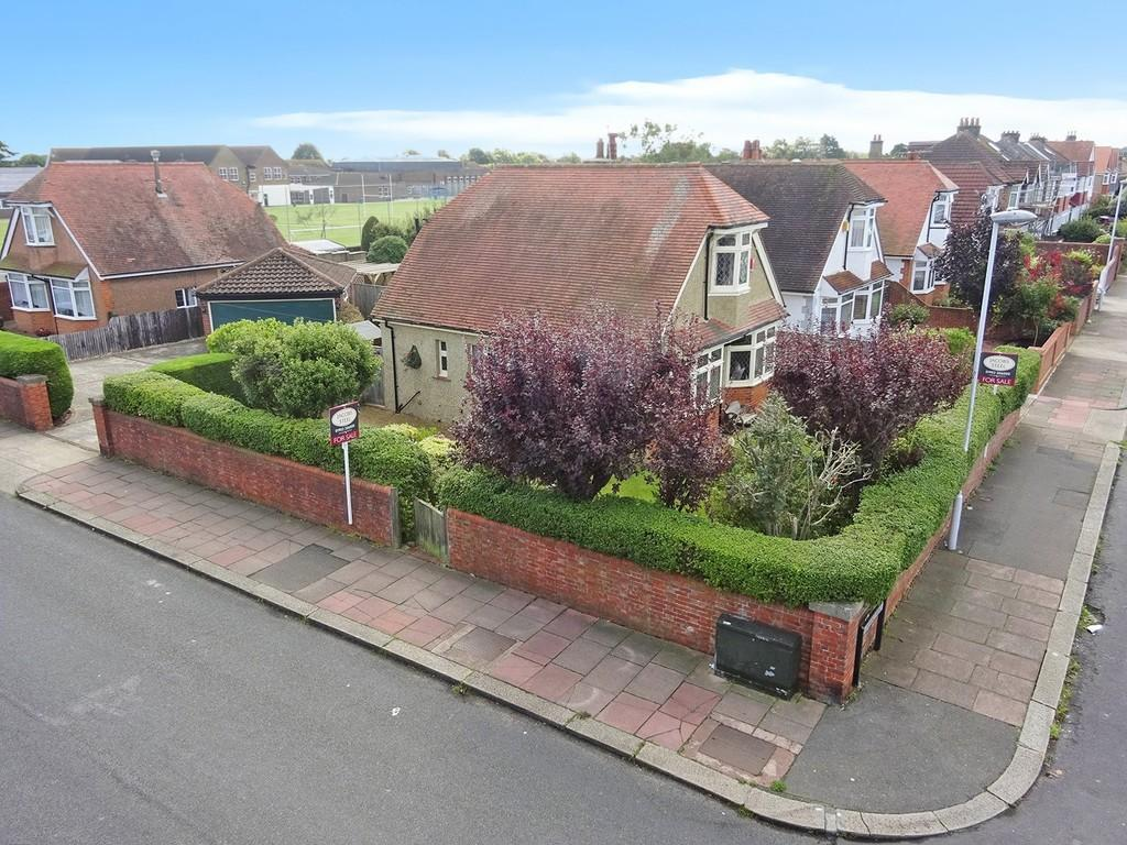 3 Bedrooms Detached House for sale in St. Lawrence Avenue, Worthing BN14 7JF