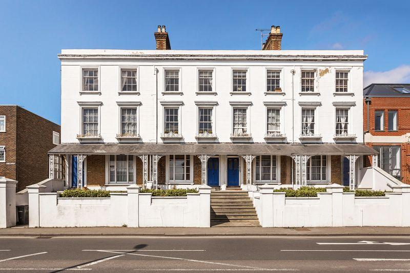 3 Bedrooms Apartment Flat for sale in East Street, Farnham