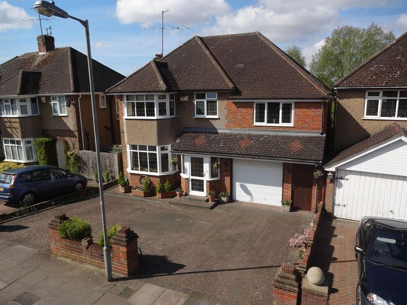 5 Bedrooms Detached House for sale in Stratton Gardens, Luton