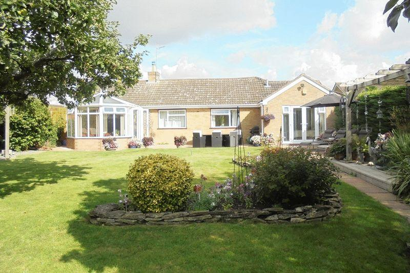 3 Bedrooms Detached Bungalow for sale in Blake's Hill, North Littleton
