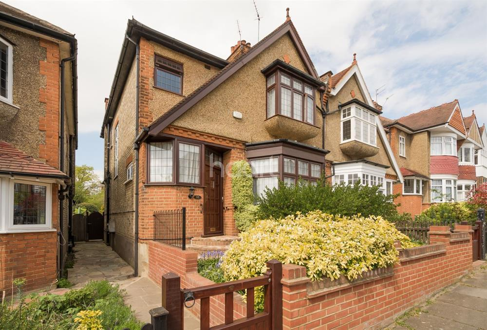 4 Bedrooms Semi Detached House for sale in Fitzjohn Avenue, Barnet, EN5