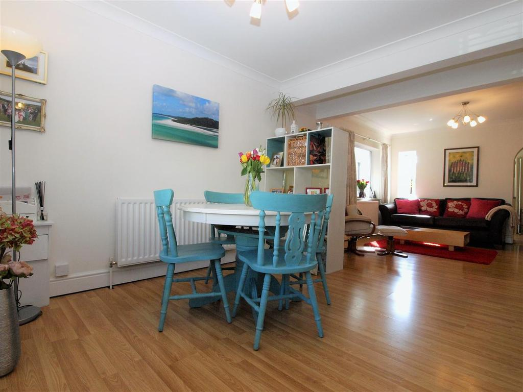 3 Bedrooms Semi Detached House for sale in Meadow Road, Shortlands, Bromley