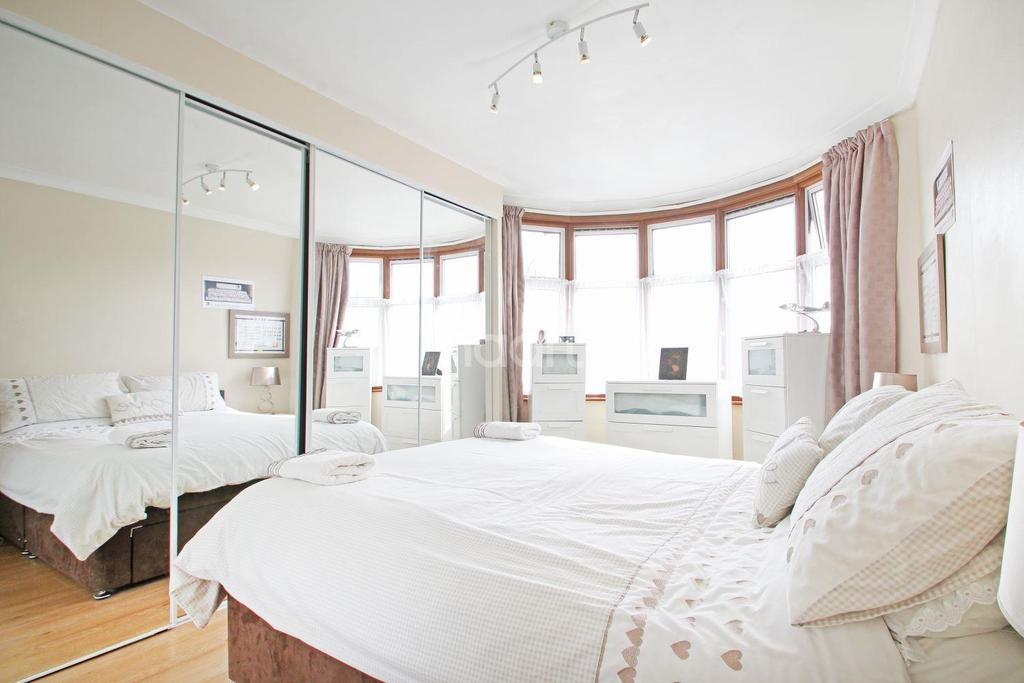 3 Bedrooms Semi Detached House for sale in Fairholme Avenue, Gidea Park