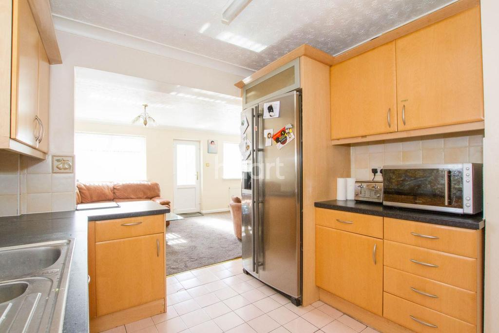 3 Bedrooms Semi Detached House for sale in Wodecroft Road, Luton