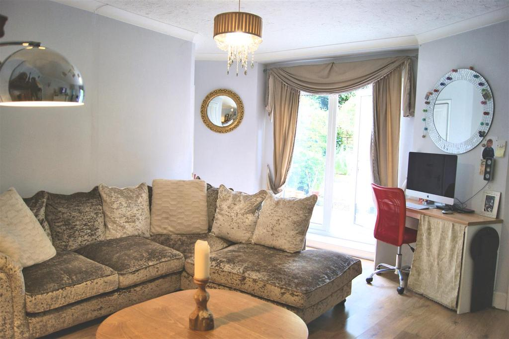 2 Bedrooms Apartment Flat for sale in Carisbrooke High Street