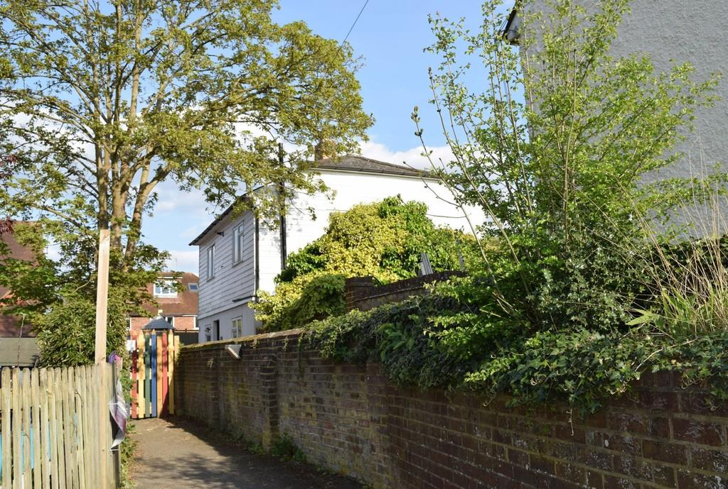 3 Bedrooms Detached House for sale in Station Row, Shalford, Guildford GU4 8BY