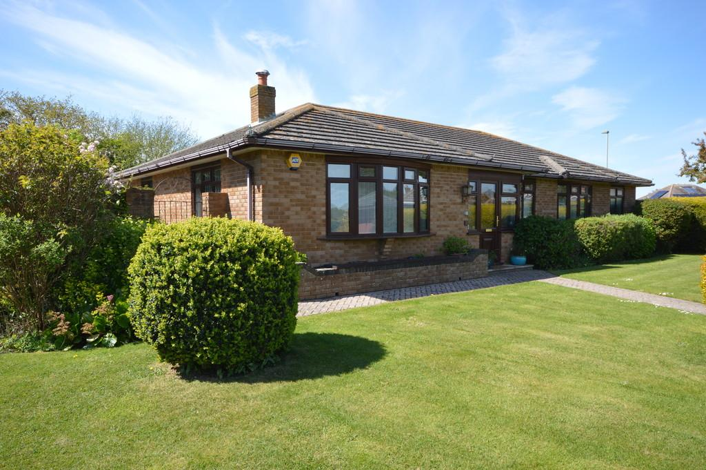 4 Bedrooms Detached Bungalow for sale in Becton Mead, Barton on Sea