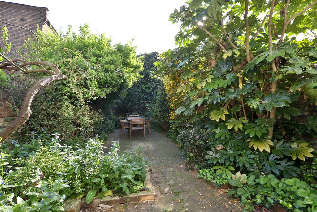 3 Bedrooms Terraced House for sale in Leswin Road, London